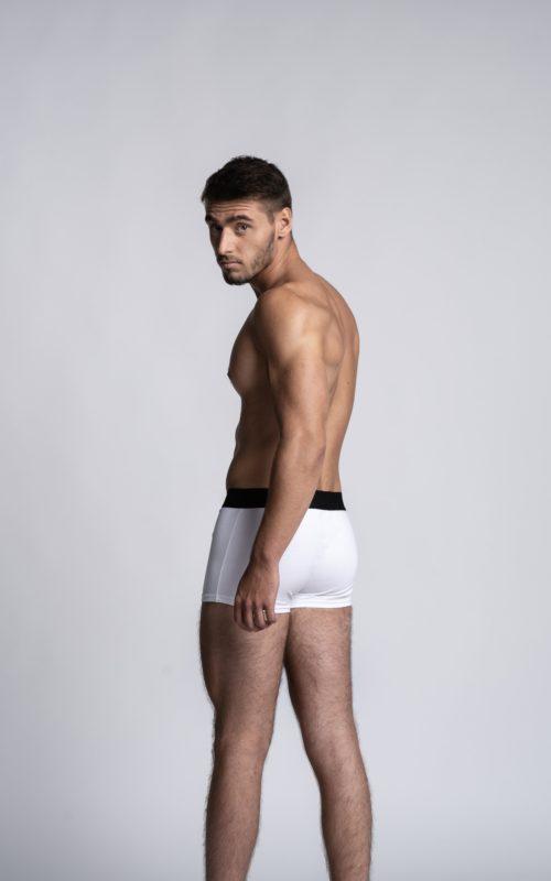Homme mannequin portant un boxer Arpenans blanc de la marque S BORDEAUX