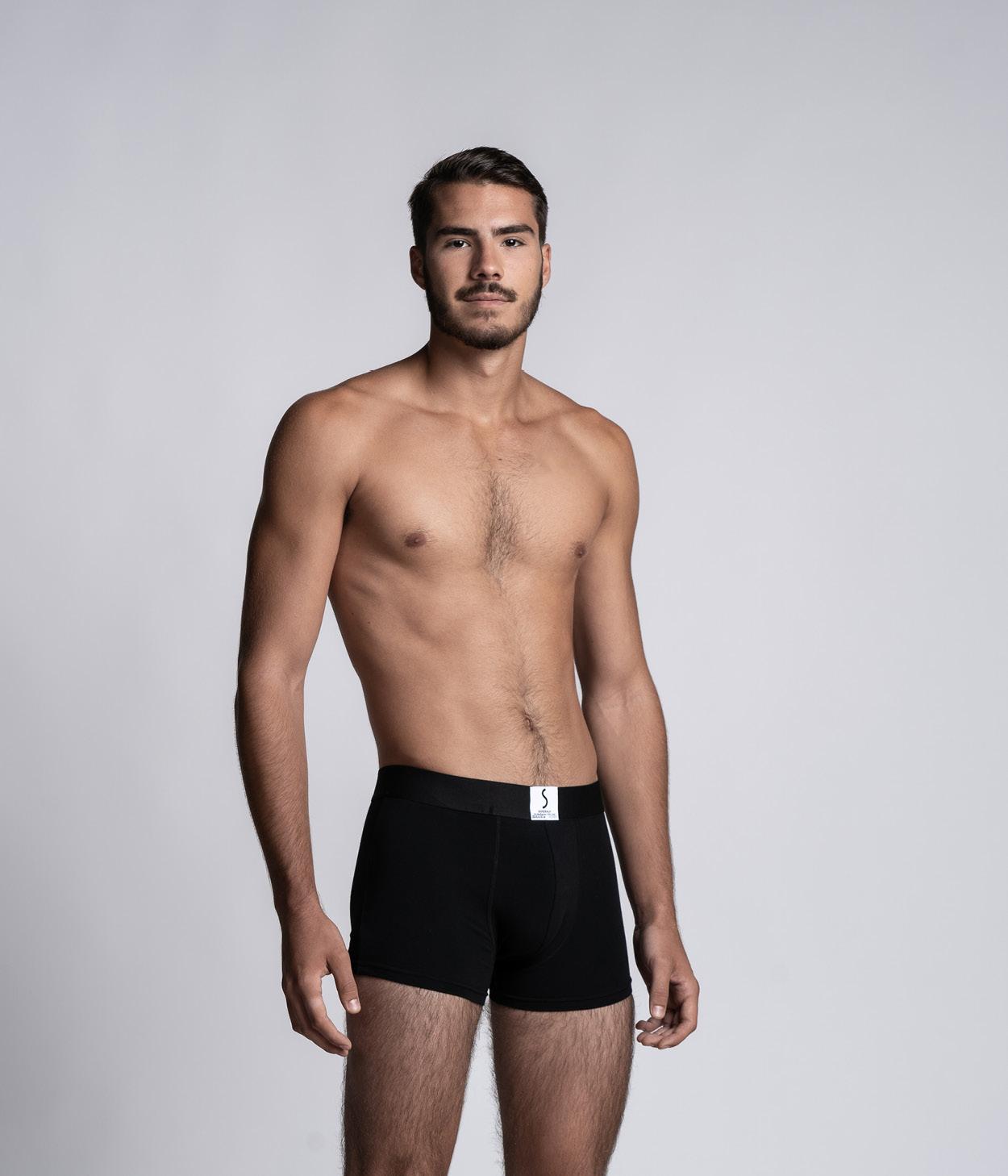 Mannequin homme portant un boxer Arpenans noir de la marque S BORDEAUX