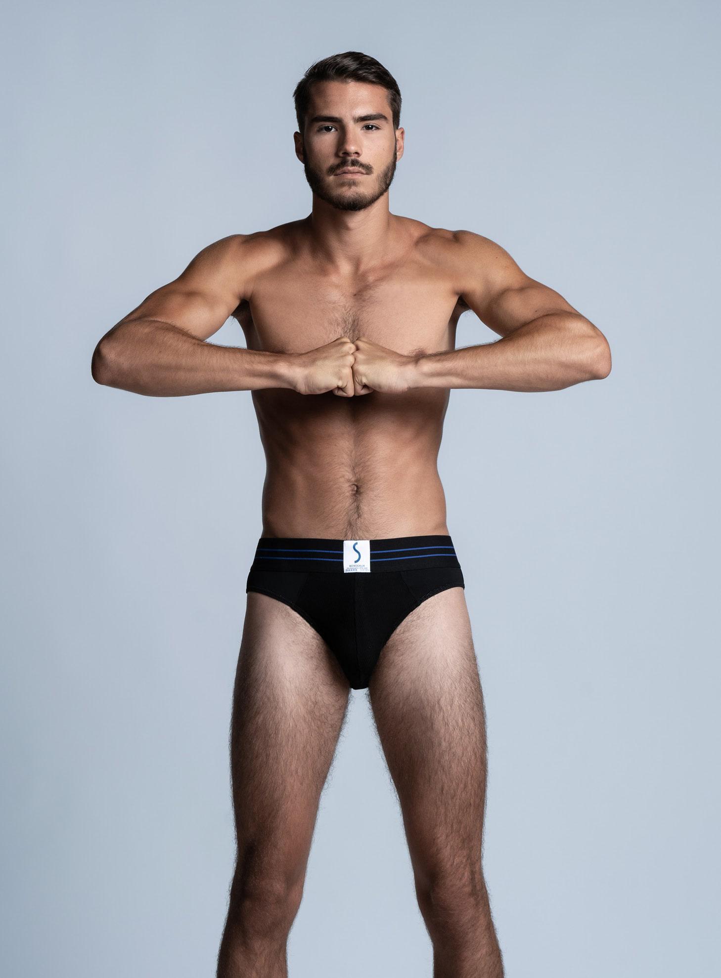 Mannequin homme sportif portant un slip noir SportPro de la marque S BORDEAUX