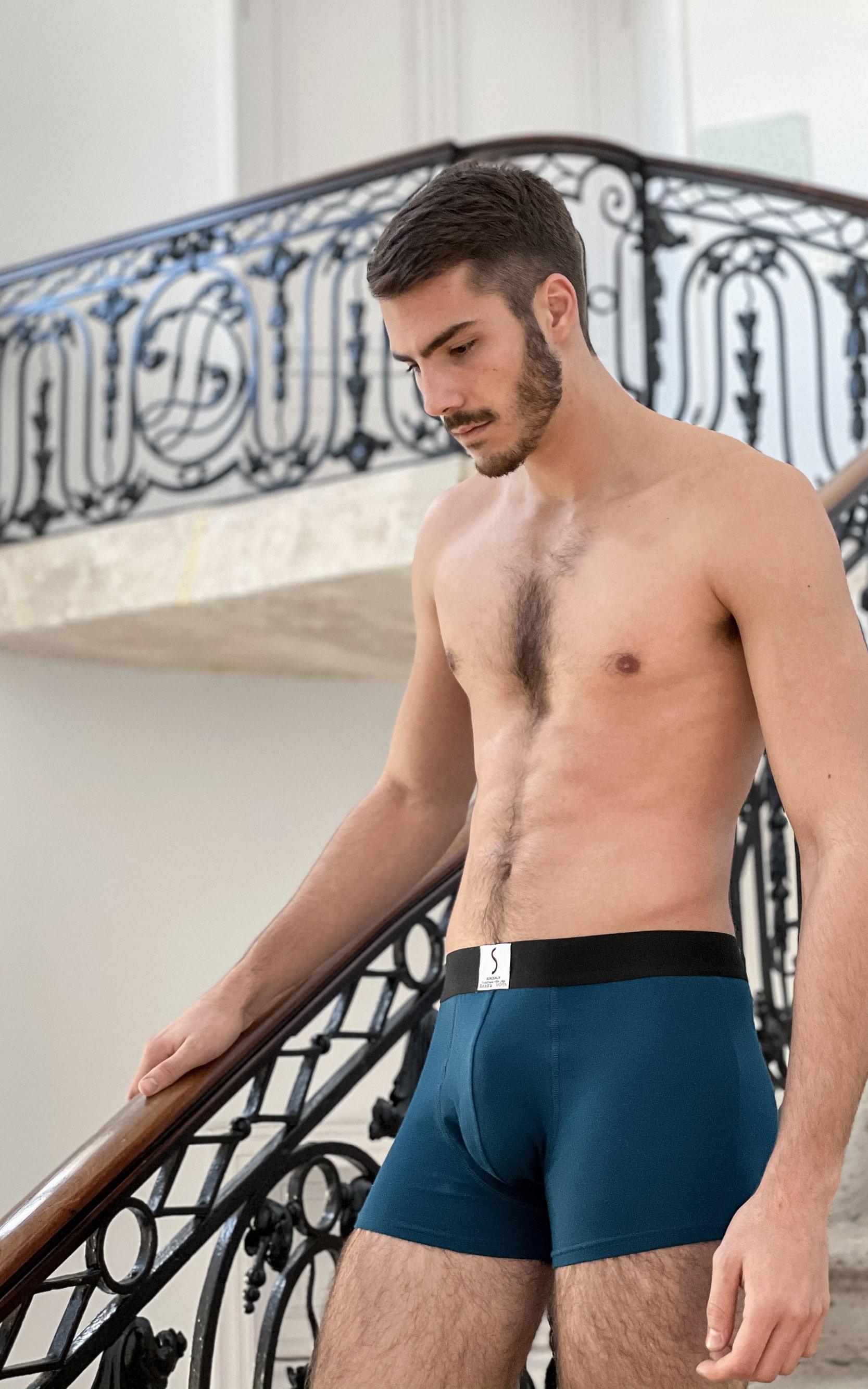 Mannequins homme portant un boxer Arpenans bleu marine cobalt de la marque S BORDEAUX