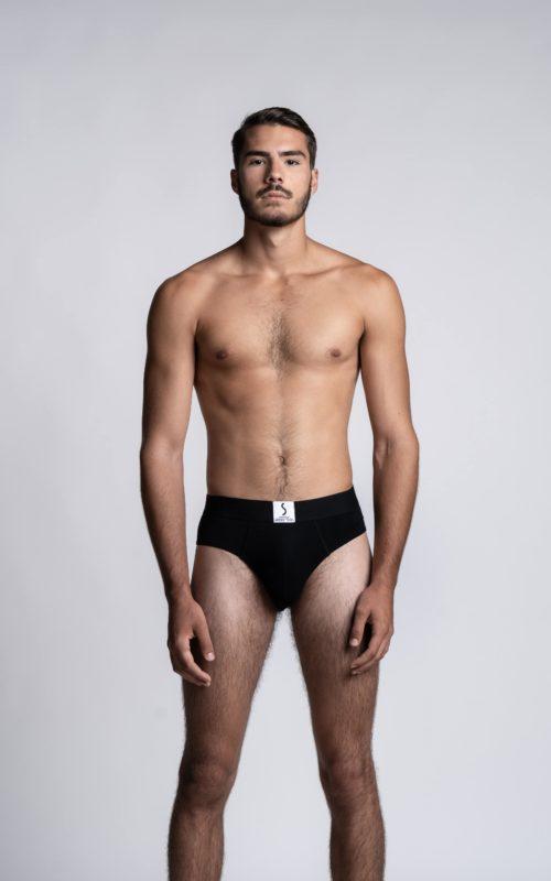 Homme mannequin portant un slip noir de la marque S BORDEAUX