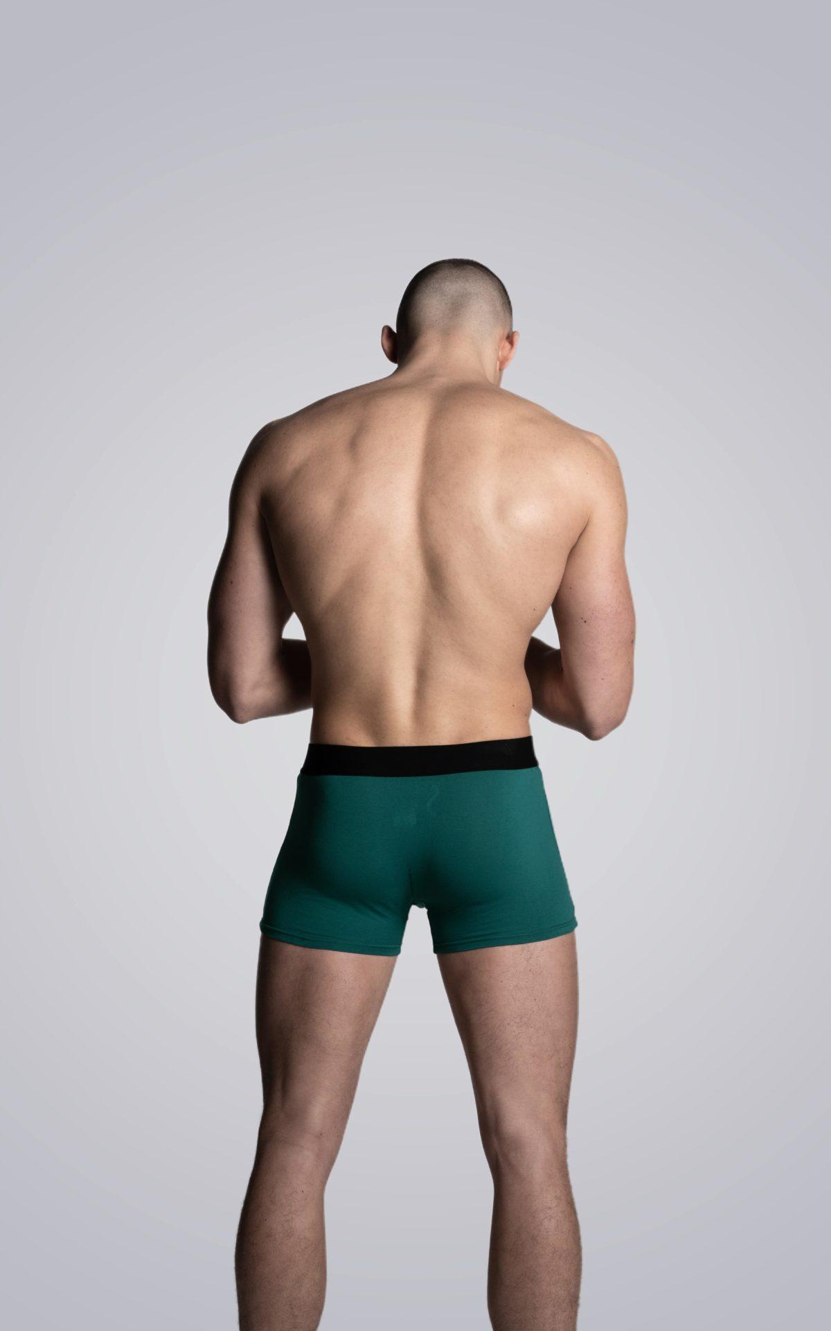 Mannequin homme portant un boxer Arpenans vert cèdre de la marque S BORDEAUX