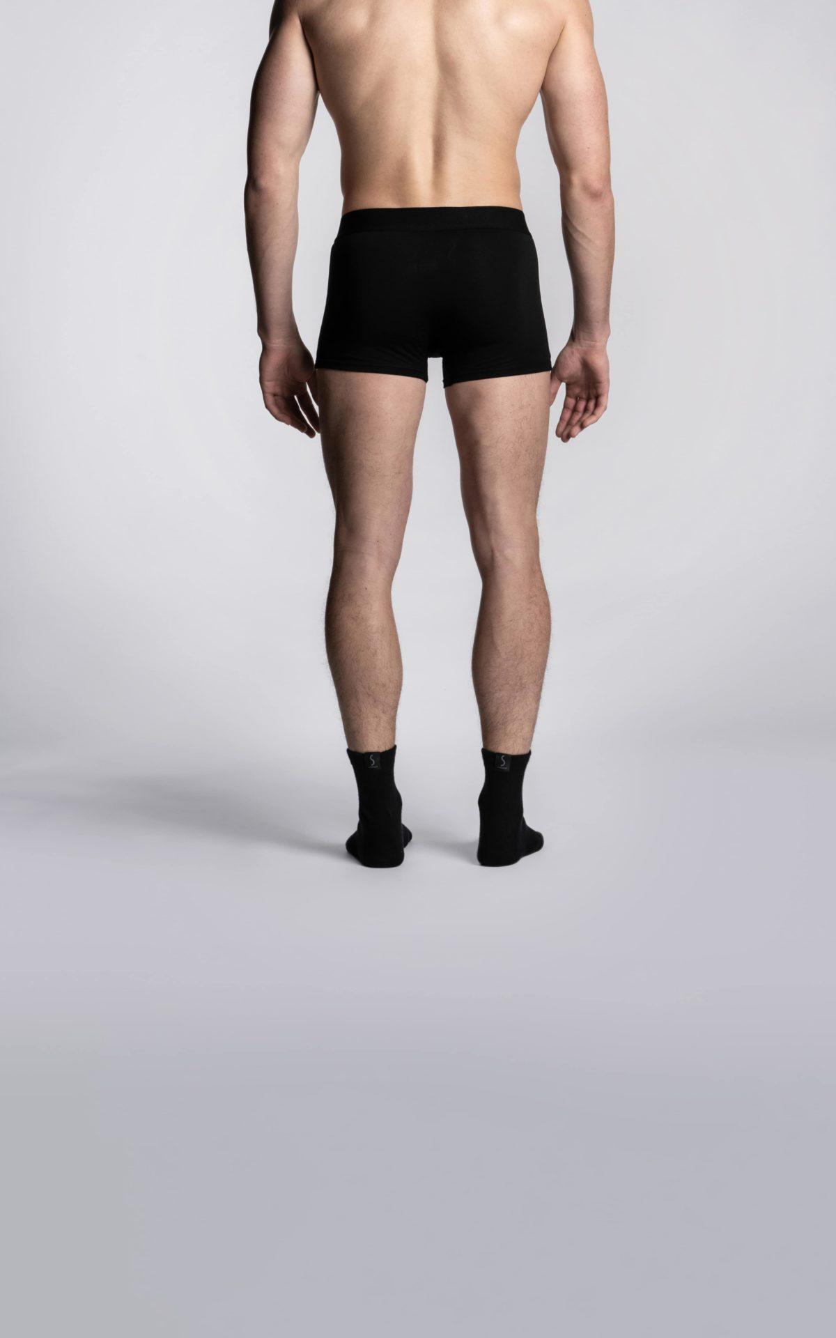 Homme portant un slip sportif noir et des chaussettes socquettes noirs de la marque S BORDEAUX