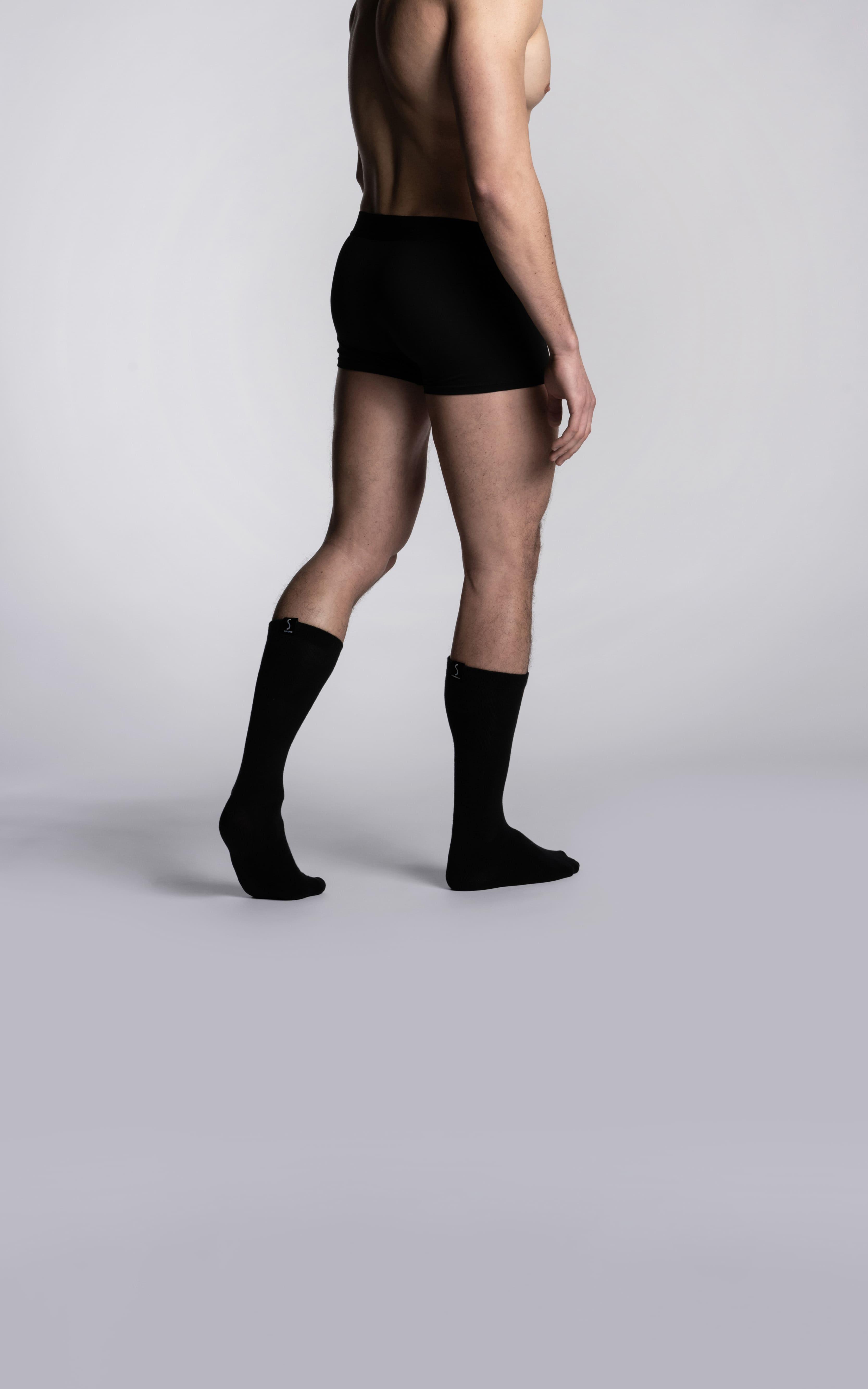 Homme portant un boxer sportif noir et des chaussettes mi-mollet noirs de la marque S BORDEAUX