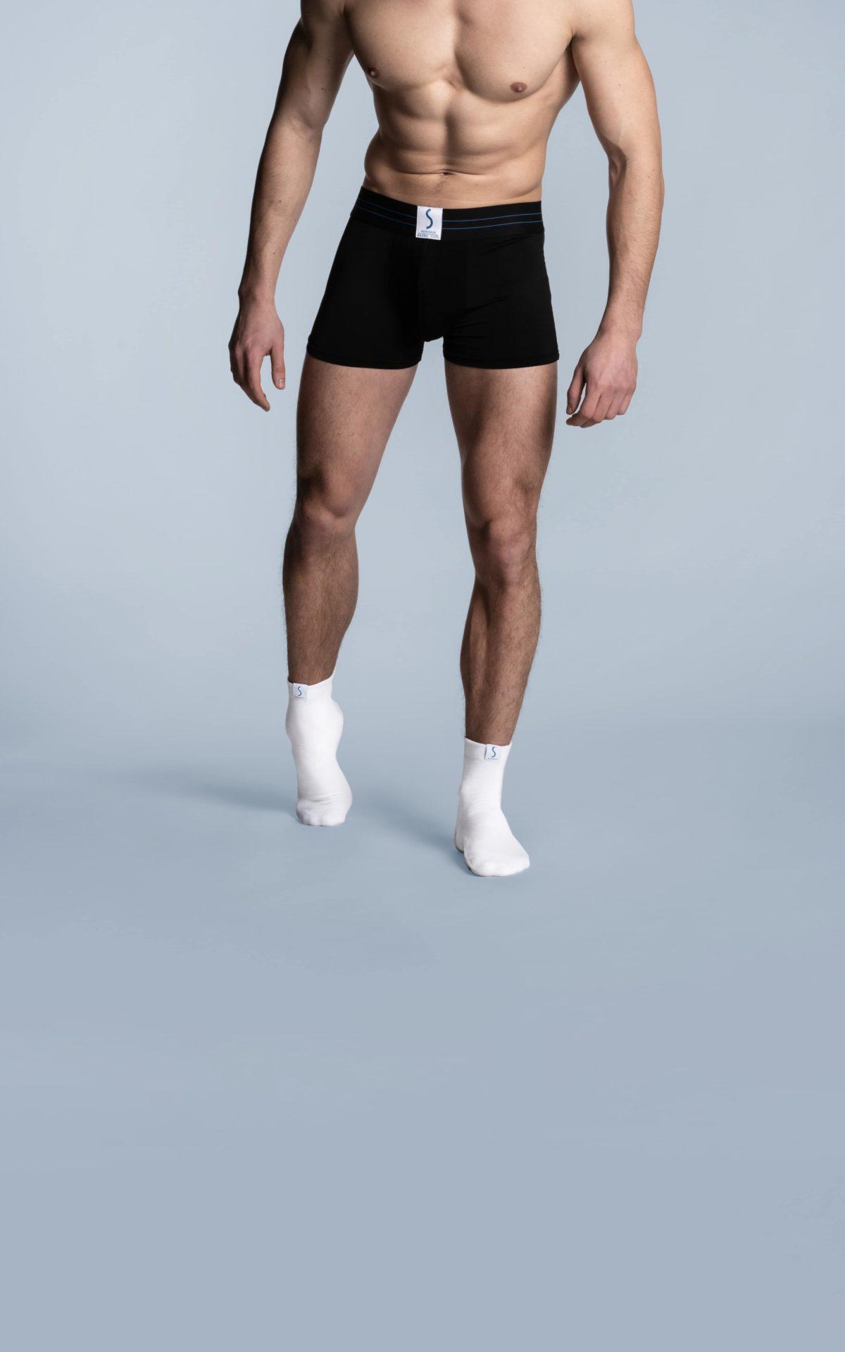 Homme portant un boxer sportif noir et des chaussettes socquettes blanches de la marque S BORDEAUX