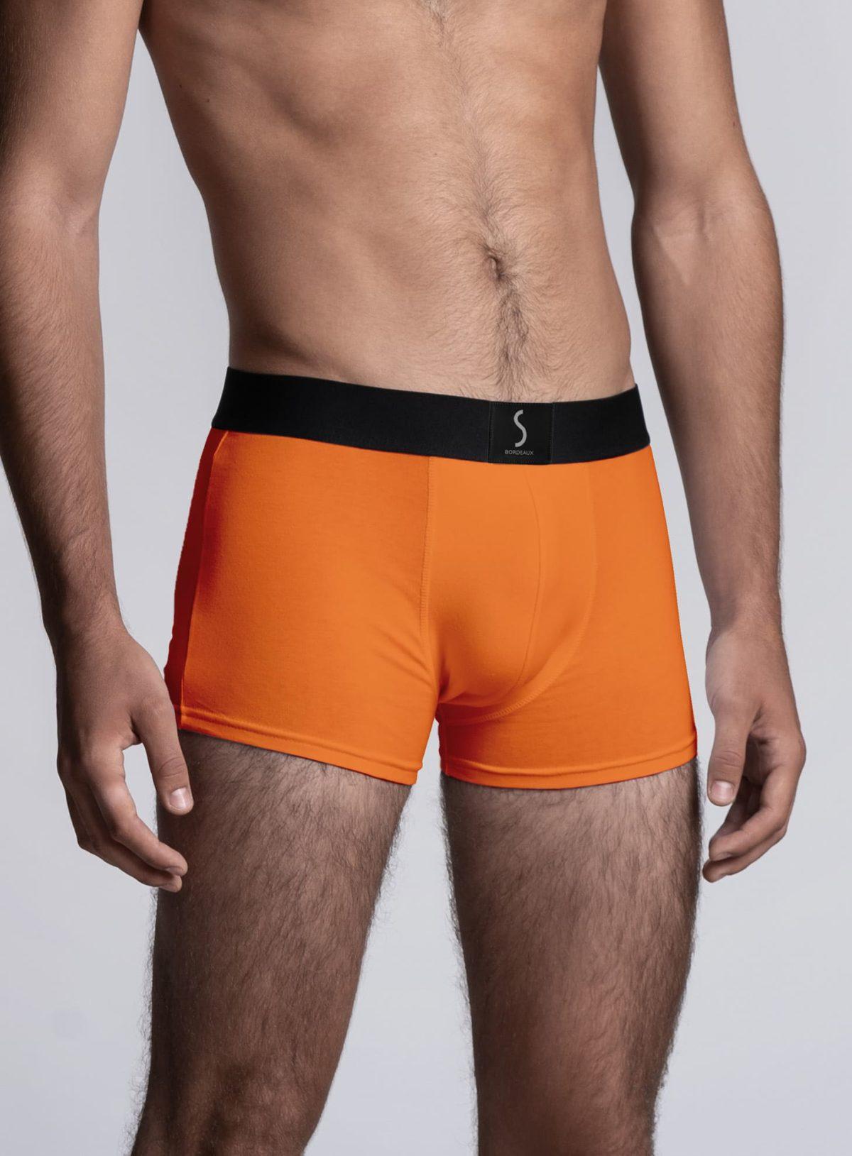 Mannequin homme portant un boxer orange pour homme mahon de la marque S BORDEAUX